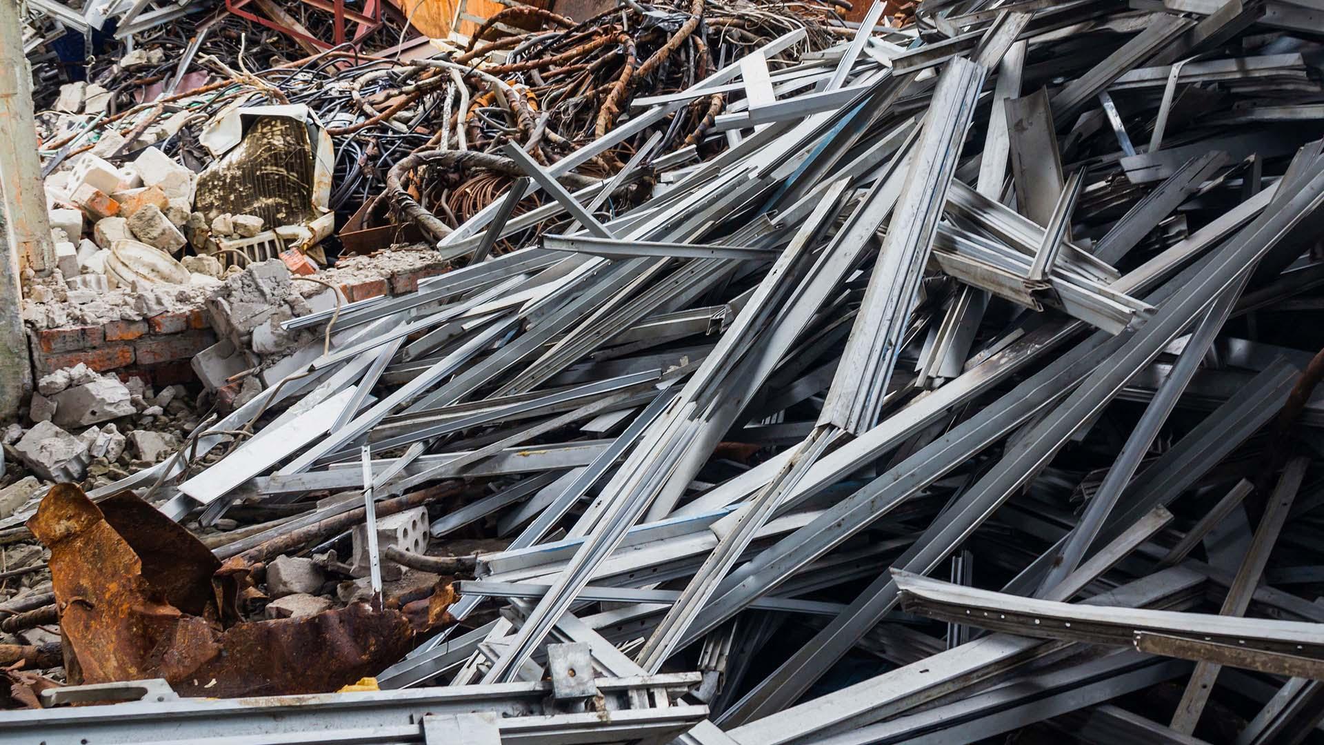Alüminyum Hurda Panel ve çatılarda kullanılan bir tür olan Alüminyum Hurda genellikle tercih edilme sebebi dayanıklı olmasıdır. Bunların kullanım dışında kalmasıyla Alüminyum Hurda levha tasnifine geçer. Alüminyum levha, folyodan daha kalın ancak 6 mm'den daha ince olan herhangi bir alüminyum sacdır.