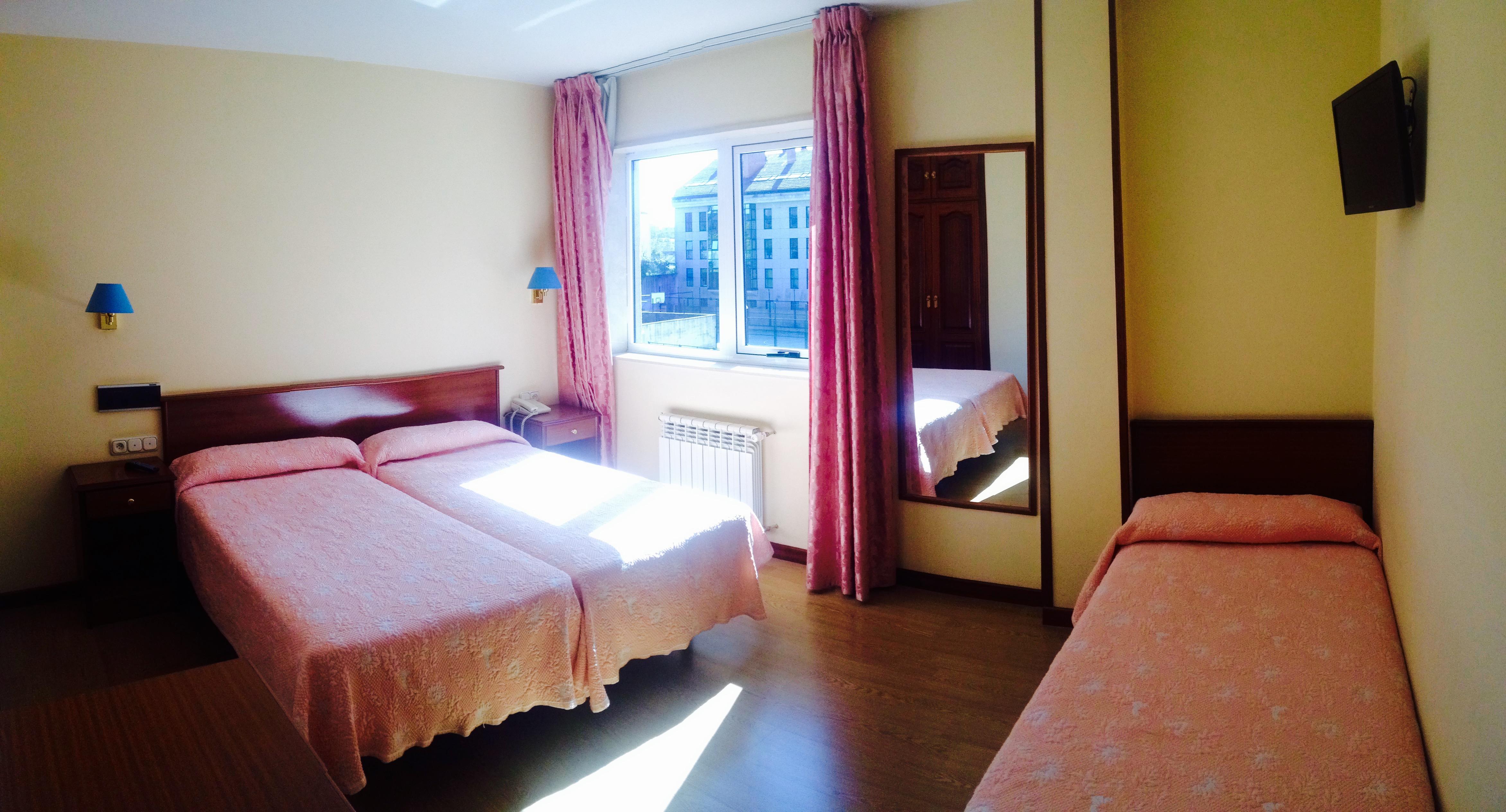 Habitación triple con 3 camas y baño privado